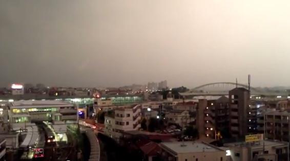 2013-12-11 18_46_16-小田急線の列車に雷が直撃した瞬間をとらえた映像(登戸) - YouTube