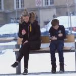 『心が温かくなるシリーズ』もしバス停で子供が寒そうにしていたら、あなたたならどうしますか?